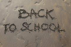 Grote tekst terug naar School op het strand royalty-vrije stock afbeelding
