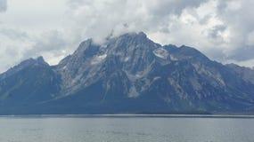 Grote Tetons in de wolken Stock Fotografie
