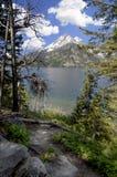Grote Tetons over het meer Wyoming de V.S. van Jenny stock afbeeldingen