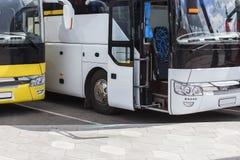 grote toeristenbussen stock afbeelding
