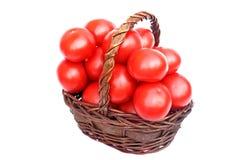 Grote tomaten in de mand Stock Fotografie