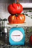Grote tomaten op een schaal Stock Foto's