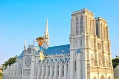 Grote, torenhoge Katholieke kerk royalty-vrije stock afbeeldingen