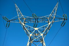 Grote transmissietorens bij zonsondergang Stock Foto