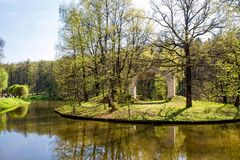 Grote Tsaritsyn-vijver op het landgoed Tsaritsyno Zuidelijk district moskou Russische Federatie stock afbeelding