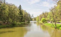 Grote Tsaritsyn-vijver op het landgoed Tsaritsyno Zuidelijk district moskou Russische Federatie royalty-vrije stock fotografie