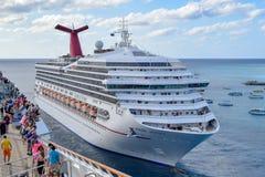 Grote Turk, Turken en Caicos Eilanden - 03 April 2014: De mening van Carnaval-Vrijheid aan boord als Carnaval Victory Cruise Ship stock foto