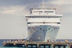 Grote Turk/Turken en Caicos Eilanden - 10 Mei 2007: Mening over het dok van het Cruiseschip door de pijler royalty-vrije stock foto