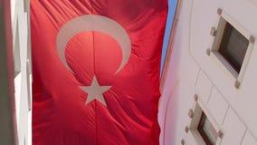 Grote Turkse vlag die op de achtergrond van blauwe hemel vliegen stock videobeelden