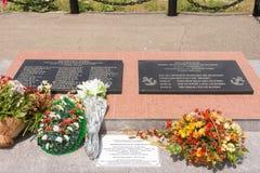 Grote Utrish, Rusland - Mei 17, 2016: Herdenkingsplaat van het herdenkingscomplex op het Eiland Utrish, op de plaats van een mass Stock Afbeelding