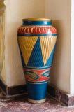 Grote vaas van klei met ornament stock foto