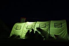 Grote van binnenuit omhoog verlichte tent bij nacht Royalty-vrije Stock Foto's