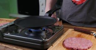 Grote varkensvleeshamburger alvorens te koken royalty-vrije stock afbeelding