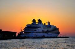 Grote veerboot die tegen zonsondergang wordt gesilhouetteerd Stock Afbeeldingen