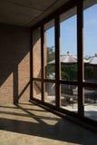 Grote vensters met licht en schaduw op bakstenen muur Stock Foto's