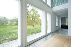 Grote vensters in modern huis Royalty-vrije Stock Fotografie