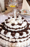 Grote verjaardagschocolade en schuimcake op de vakantielijst Stock Afbeelding