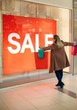 Grote verkoop: Het jonge en gelukkige vrouw winkelen Stock Foto