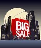 Grote verkoop het winkelen zak in nachtstad. Stock Foto's