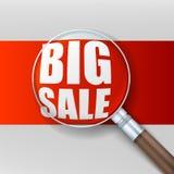 Grote verkoop Vergrootglas over rode achtergrond Royalty-vrije Stock Foto's
