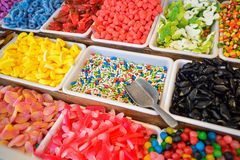 Grote verscheidenheid van gekleurde snoepjes bij de Kerstmismarkt Stock Fotografie