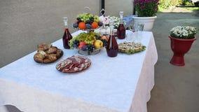 Grote verscheidenheid van salades op een buffetlijst buffetlijst het het vlees en fruit van de huiswijn in openlucht stock footage