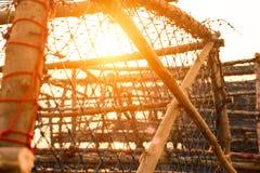 Grote vissenval op de kade dichtbij het overzees met zonsondergang royalty-vrije stock afbeelding