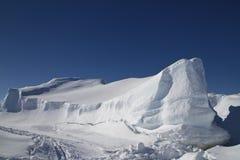 Grote vlak bevroren ijsberg in de Zuidelijke Oceaan Stock Fotografie