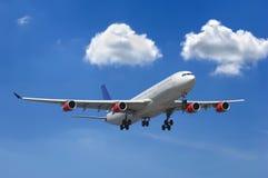 Grote vliegtuig en wolken Royalty-vrije Stock Fotografie