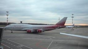 Grote vliegtuigen die zich bij Vnukovo-luchthaven in dagtijd bewegen stock videobeelden