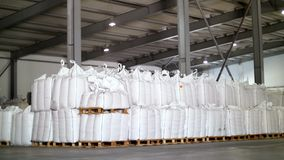 Grote, volledige zakken van graangewassenproducten in voorraad De zakken worden gestapeld in rijen, industrieel pakhuis stock footage