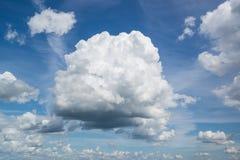 Grote volumetrische wolk in hemel Royalty-vrije Stock Afbeelding