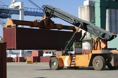 Grote vorkheftruck-vrachtwagen in haven Stock Foto's