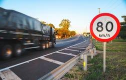 Grote vrachtwagen die bij hoge snelheid die op weg overgaan maximum snelheden overschrijden stock foto's