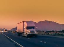 Grote vrachtwagen die door Arizona reizen Royalty-vrije Stock Afbeelding