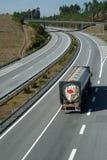 Grote vrachtwagen die in weg loopt Royalty-vrije Stock Foto