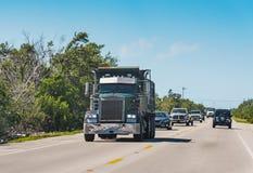 Grote vrachtwagen en andere vechicles op Weg Overzee in de Sleutels van Florida stock fotografie