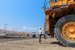 Grote Vrachtwagen en Arbeider Stock Foto's
