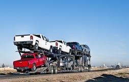 Grote vrachtwagen met auto-vervoerende aanhangwagen Royalty-vrije Stock Foto's