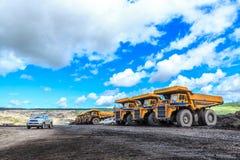 Grote vrachtwagen in open kuil en blauwe hemel Royalty-vrije Stock Fotografie