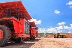 Grote vrachtwagen in open kuil en blauwe hemel Stock Foto