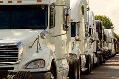 Grote vrachtwagens voor industrieel gebruik in opstopping Royalty-vrije Stock Foto's