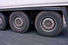 Grote vrachtwagenwielen in motie Royalty-vrije Stock Foto