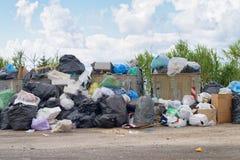 Grote vuilnisstortplaats dichtbij de weg Verwijdering, verslechtering en opiniepeiling stock fotografie