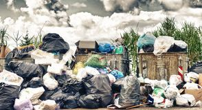 Grote vuilnisstortplaats dichtbij de weg Verwijdering, verslechtering en opiniepeiling royalty-vrije stock afbeelding