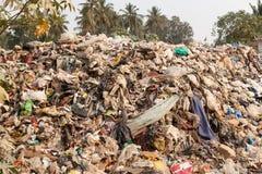 Grote vuilnisstortplaats door de weg bij het leven gebied stock foto