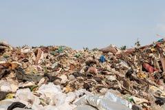Grote vuilnisstortplaats en blauwe hemel royalty-vrije stock foto's