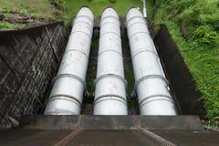 Grote waterpijp in een behandelings van afvalwaterinstallatie, met spijsverteringstan Stock Afbeelding