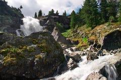 Grote waterval en berg. stock fotografie