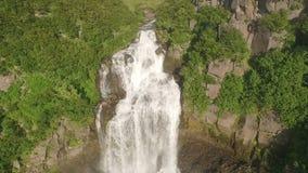 Grote waterval in groene bergen De langste en mooie waterval stock videobeelden